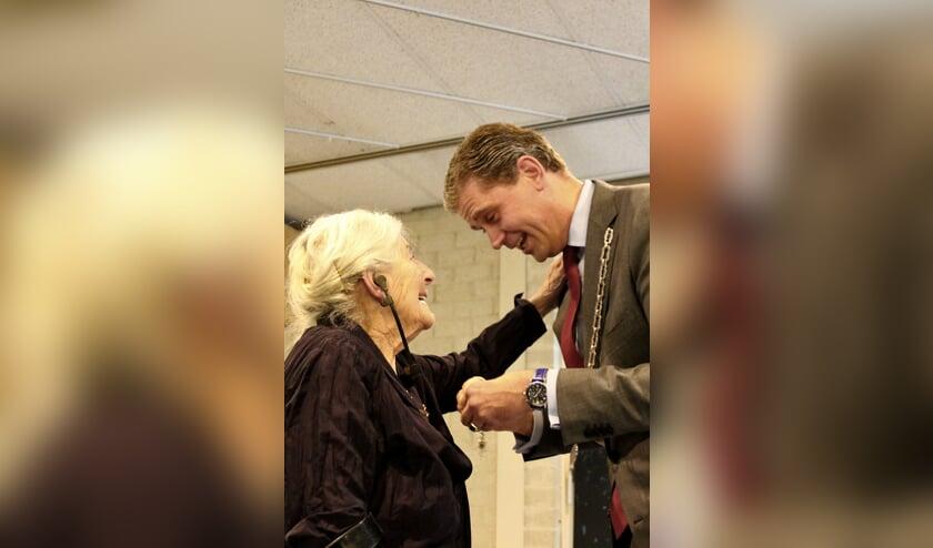Betty Bausch-Polak krijgt in Veenendaal de koninklijke onderscheiding van burgmeester mr. Wouter Kolff. (foto Bert van Garderen)