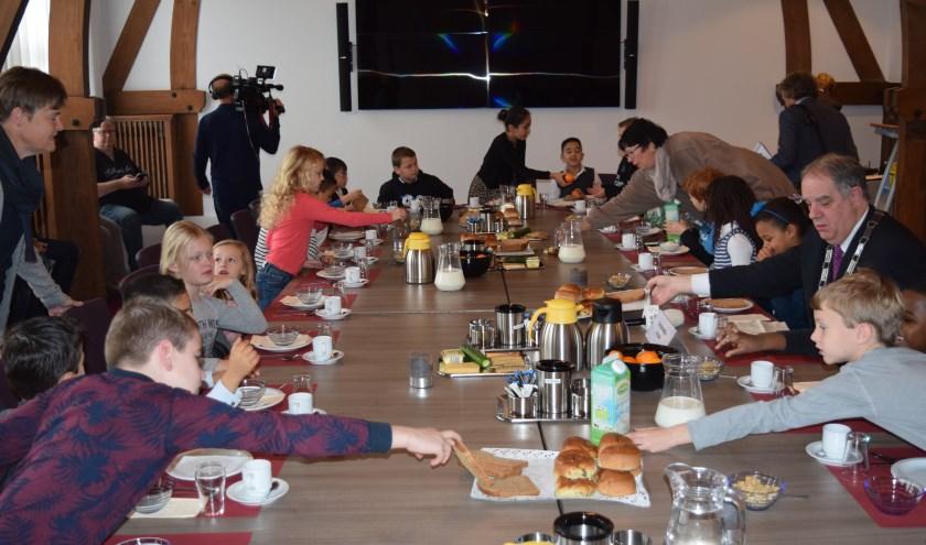 Er wordt stevig ontbeten in de oude raadszaal van Jagtlust