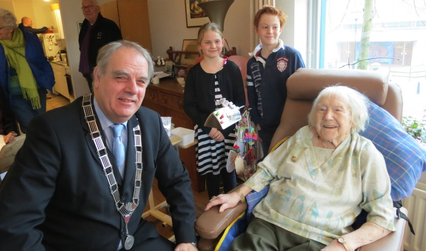 Een stralende 105-jarige met burgemeester Bas Verkerk.