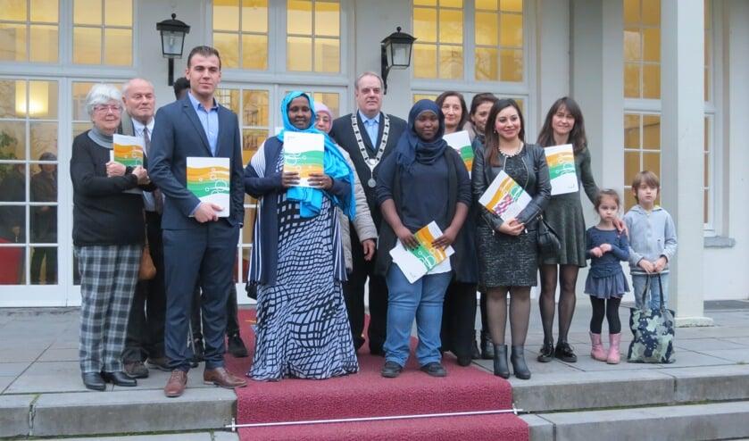 Nieuwe Nederlanders op het bordes met de burgemeester.