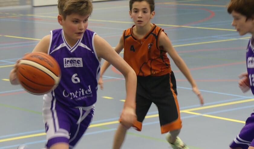Al jong op snelheid tijdens het basketbal