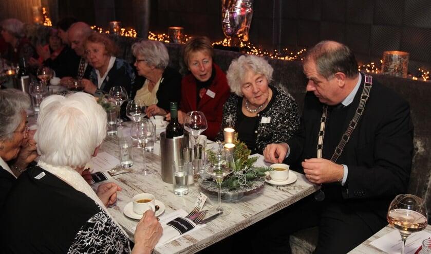 Afsluiting van de restaurantcampagne met 40 ouderen inSettlers in Bilthoven. [foto Reyn Schuurman]