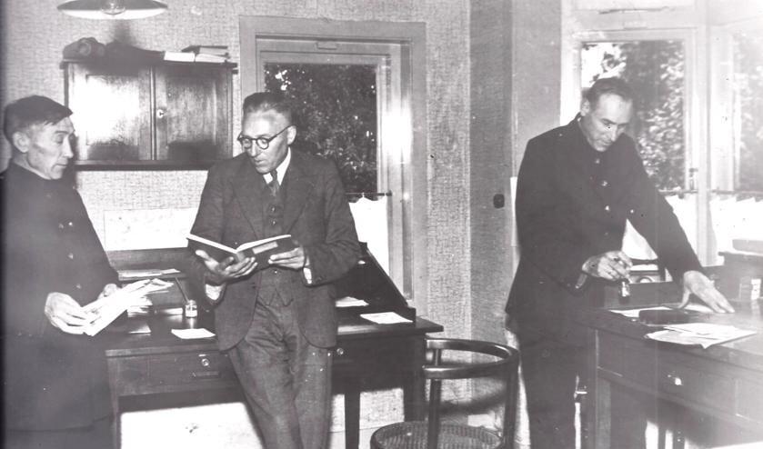 V.l.n.r. brievenbesteller C. van Baaren, postkantoorhouder W.J. van Eck en brievenbesteller G. Steenbeek in het postkantoor aan de Dorpsweg 94 te Maartensdijk. (uit de verzameling van Koos Kolenbrander)