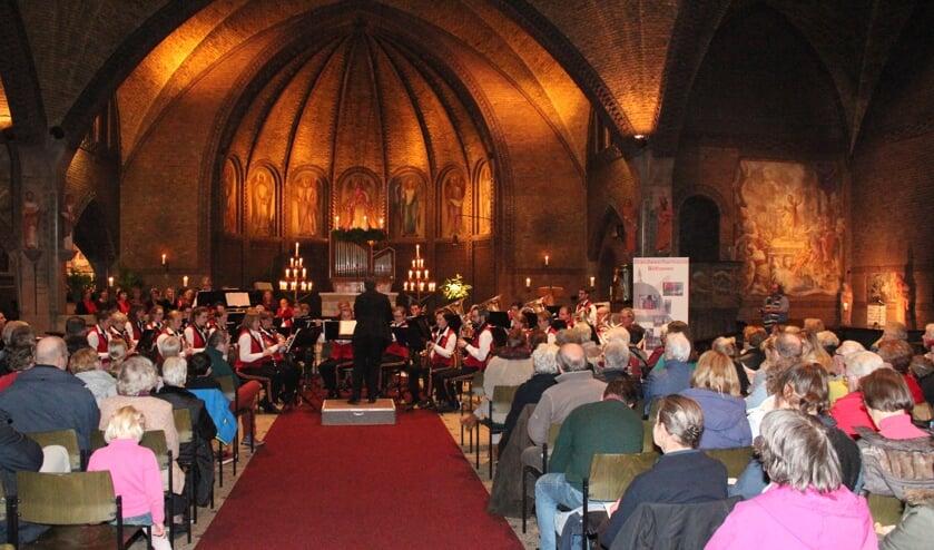 Brandweerharmonie en WP Vrouwenkoor zorgen in de OLV-kerk voor een mooie Kerstsfeer. [foto Henk van de Bunt]