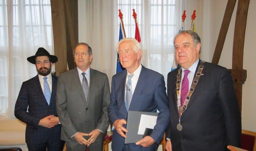 V.l.n.r. Rabbijn Yanki Jacobs, ambassadeur Aviv Shir-On, Ferdinand Bakker en burgemeester Bas Verkerk.