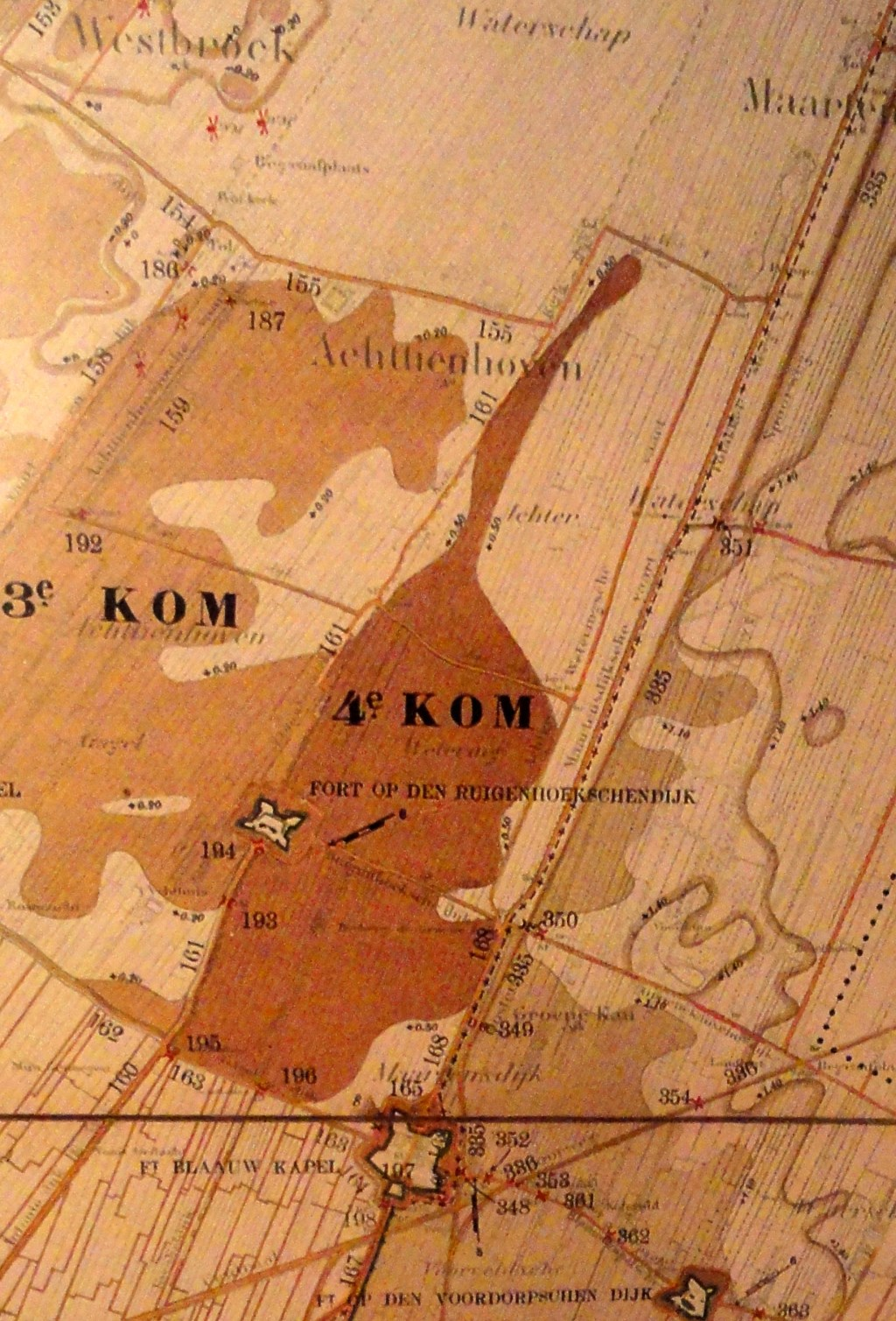 De waterstanden moesten gereguleerd worden om effectieve inundatie (onderwaterzetting) mogelijk te maken. Fragment van een kaart uit van de Topografische Dienst, 1913 (Topografische Atlas, Utrechts Archief.)  © De Vierklank