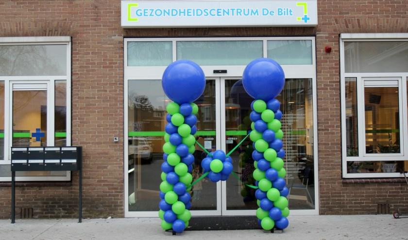 Ballonnen voor de ingang van het centrum.