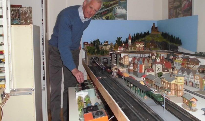 Jan Willem Leguit tussen zijn verzameling Trix Express.