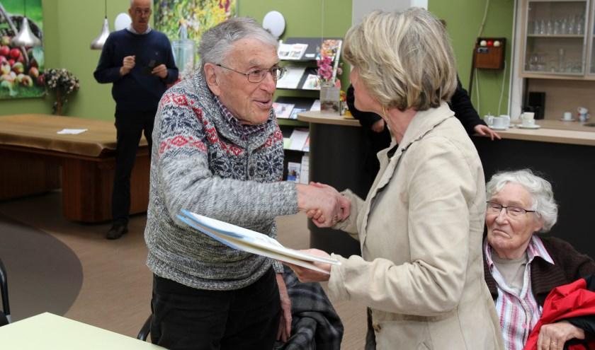 Dhr. Hoving uit De Bilt, met 90 jaar de oudste deelnemer, ontvangt het certificaat uit handen van wethouder Madeleine Bakker. [foto Reyn Schuurman]