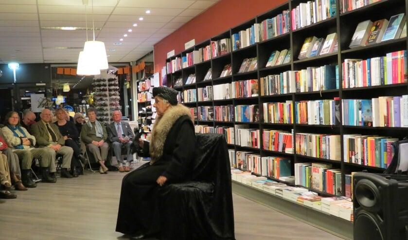 Nel Kars in haar solovoorstelling als Wilhelmina op 7 april 2015 tijdens een boekpresentatie over WO II in de Bilthovense Boekhandel. [foto Guus Geebel]