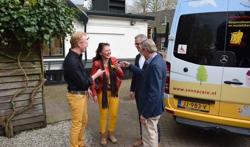 De sleutel van de bus wordt overhandigd door Gijs van Lennep.