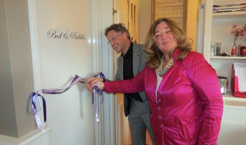 Met het doorknippen van een lint opende wethouder Hans Mieras, bijgestaan door Jacqueline Teunissen, officieelBed & Blessings.