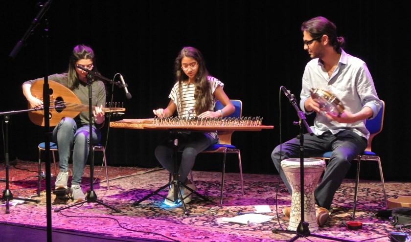 Het Trio Qasyon uit Syrië speelde betoverende Arabische muziek. Het meisje in het midden speelt de qanun, een soort cimbaal met 26 snaren. Zij is slechts 12 jaar en speelde de sterren van de hemel.