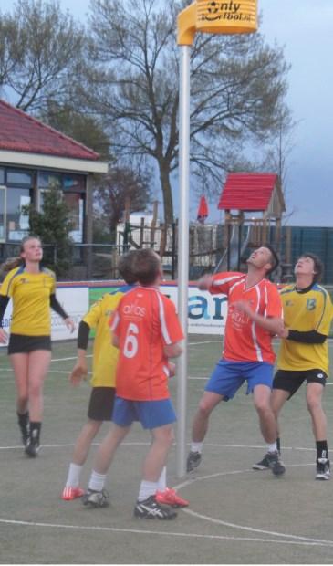 Het werd een leuke wedstrijd en DOS en U19 speelden in hoog tempo met veel verdedigende druk. De coaches Steven Brink en Daan van der Klis vonden het een mooie invulling van deze korfbal-loze week.