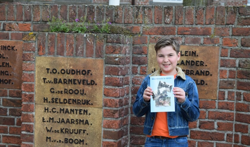 Matthias Nagel met zijn boek bij het herdenkingsmonument.