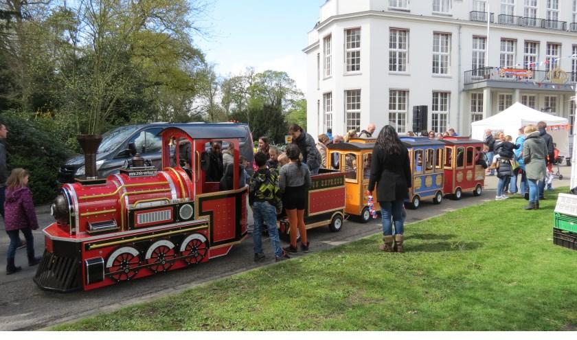 Het gemeentehuis was op Koningsdag ook per spoor bereikbaar. Het spellenfestival veranderde het gazon rond Jagtlust weer in een paradijs voor kinderen.