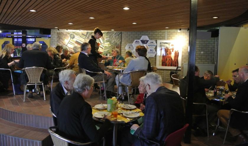 Zaterdag 9 april was het eerste (benefiet-)diner in De Vierstee. Gasten, uit alle kernen van de gemeente, genoten van een viergangenmenu, dat door vrijwilligers met veel zorg was voorbereid. (foto Frans Poot)
