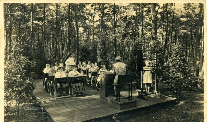 Kinderen kregen ook onderwijs, op bed, in een open schoolgebouwtje of in de openlucht. [foto uit de verzameling van Rienk Miedema]