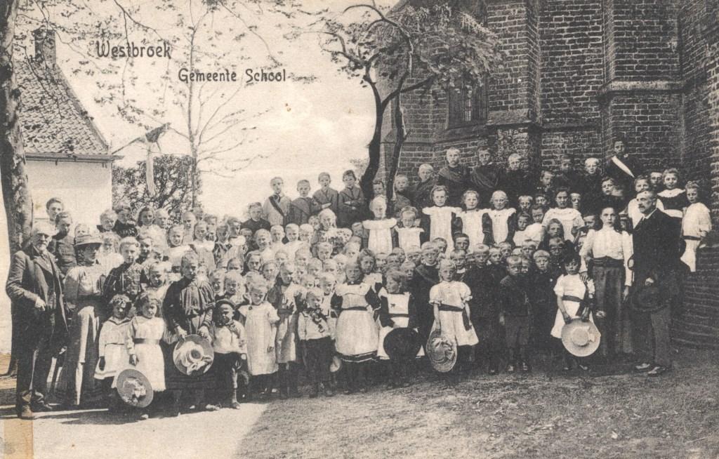 De gemeenteschool van Westbroek was oorspronkelijk openbaar naast de NH Kerk, op de plaats van het huidige Rehoboth. (foto uit de verzameling van Rienk Miedema)  © De Vierklank