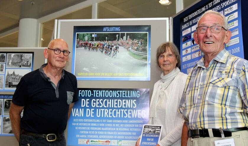 Leden van de historische verenigingen uit de Bilt en Maartensdijk richtten vorige week de tentoonstelling in het Provinciehuis opnieuw in. V.l.n.r. Marcel Jansen, Liesbeth du Mee en Hans de Groot. [foto Reyn Schuurman]