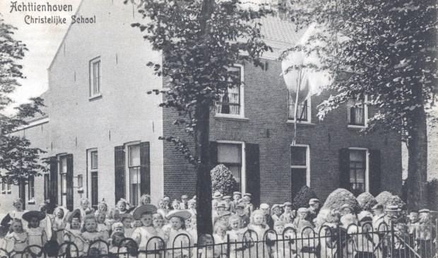 Vrijwel direct startte de Vereniging voor het Gereformeerd onderwijs van Achttienhoven/Westbroek met de bouw van een nieuwe school aan de Dr. Welfferweg (22). (foto uit de verzameling van Rienk Miedema)  © De Vierklank