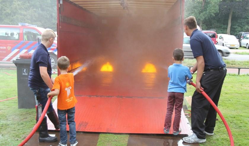 Brandje blussen altijd een gewilde activiteit bij de jeugd.