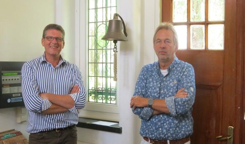 Martin van Veelen en schooldirecteur Rob van Maanen (rechts).