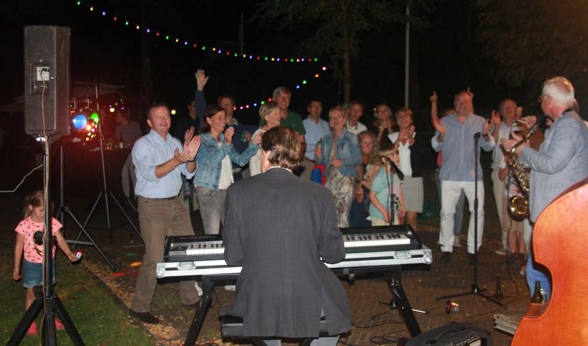 TSwings op het straatfeest van de Zweerslaan. De drummer van de band was deze keer Hans Go, een Zweerslaan-bewoner. Hij viel in voor de drummer die verhinderd was. (foto Jan Schets)