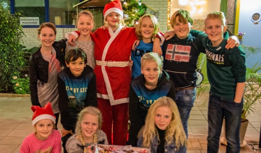 De koeken werden van een mooie kerstwens voorzien en huis aan huis uitgedeeld aan de bewoners van Dijckstate. (foto Henny van der Heijden)
