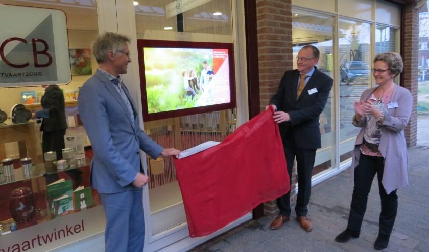 Locoburgemeester Hans Mieras met David van de Waard en Wildine Oosterom bij het touchscreen.