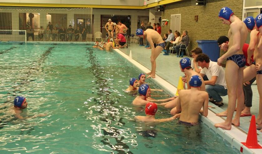 Chaotische commissievergadering over zwembad