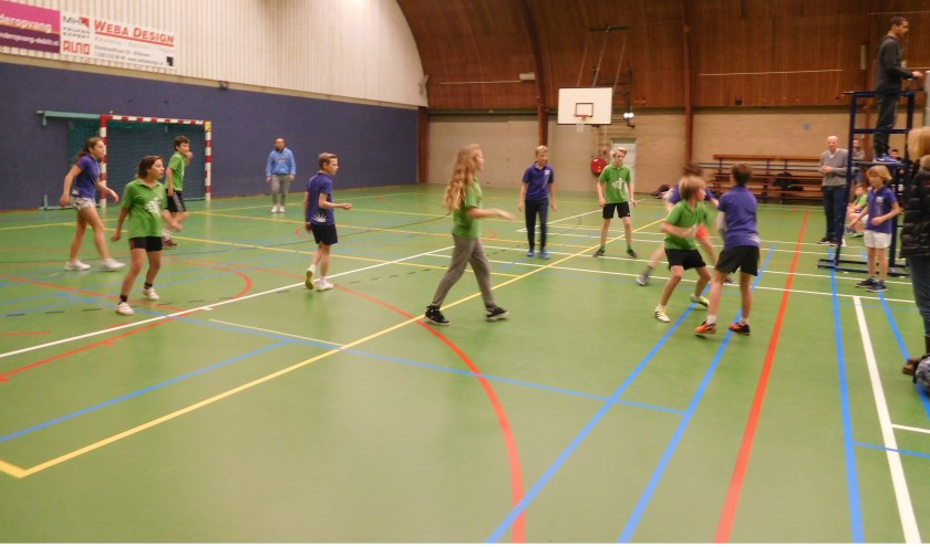 Via lijnbal proeft de jeugd al iets van volleybal.