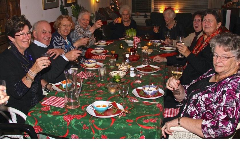 Zonnebloemgasten genieten van het diner.