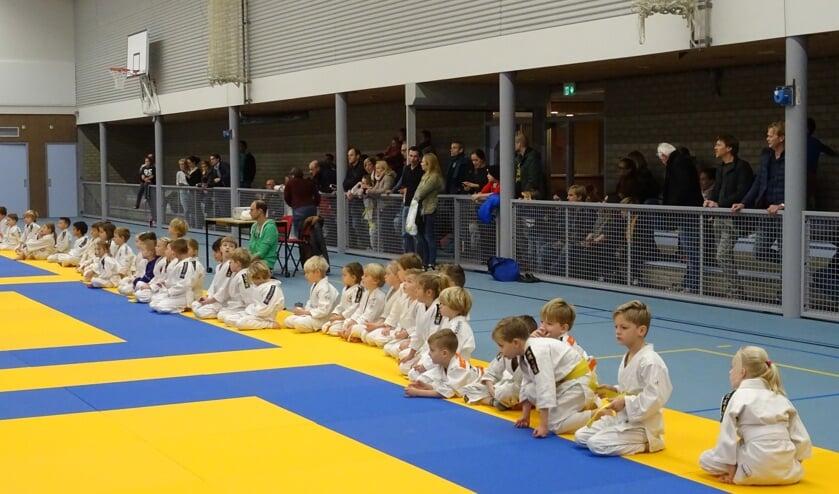 Vol ongeduld wachten de jongste deelnemers op het moment dat het Pepernotentoernooi van start gaat.