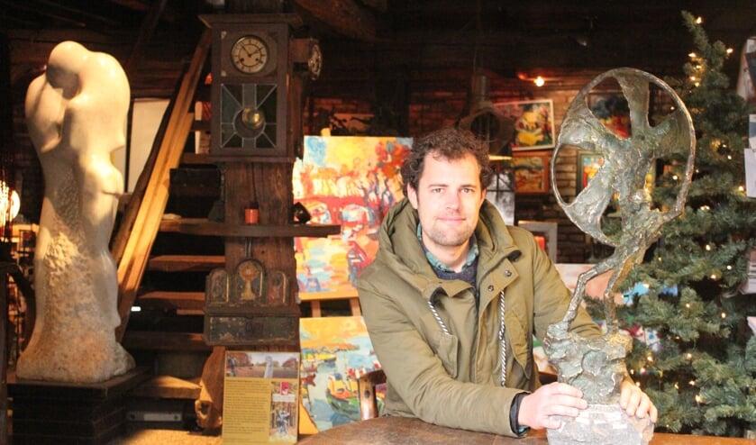 Tibo in 'de kooi' met het beeld 'Airborne parachutist', dat ook tijdens het Open Kerstatelier te zien zal zijn.