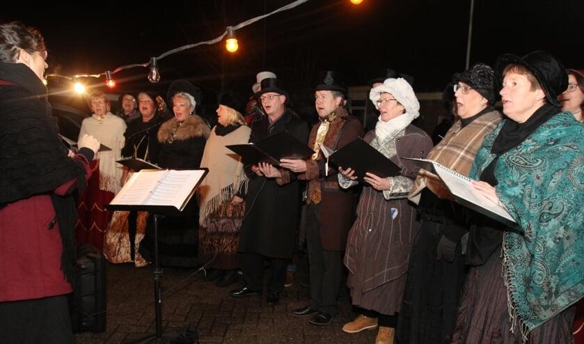 Met veel plezier zingt een Dickenskoor tijdens de kerstperiode sfeervolle liederen uit binnen- en buitenland.