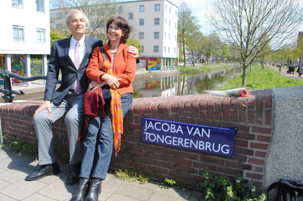 Paul en Els van Tongeren: 'Mei 2015 nam de Amsterdamse gemeenteraad het besluit om een brug naar Jacoba van Tongeren te noemen. Toen men ontdekte dat vrouwen uit het verzet 'onderbelicht' waren gebleven, werden 4 mei 2016 zes bruggen in Amsterdam Slotermeer naar vrouwelijke verzetsstrijders genoemd.   © De Vierklank