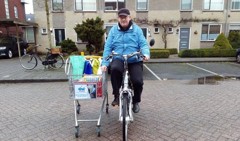 Jos van Beerschoten onderweg met de boodschappen.