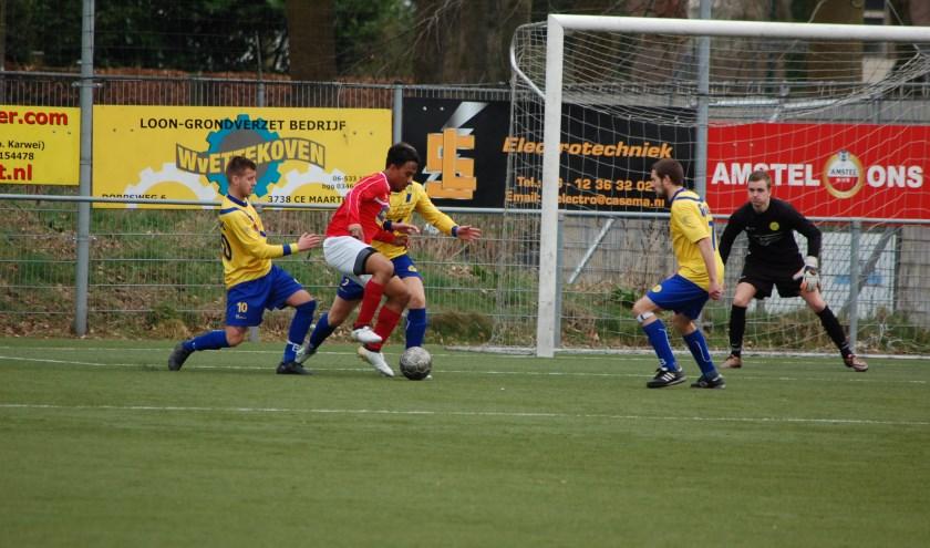 Naast doelman Stijn Orsel zijn er drie verdedigers ingezet om DVSU het scoren te beletten. (foto Nanne de Vries)