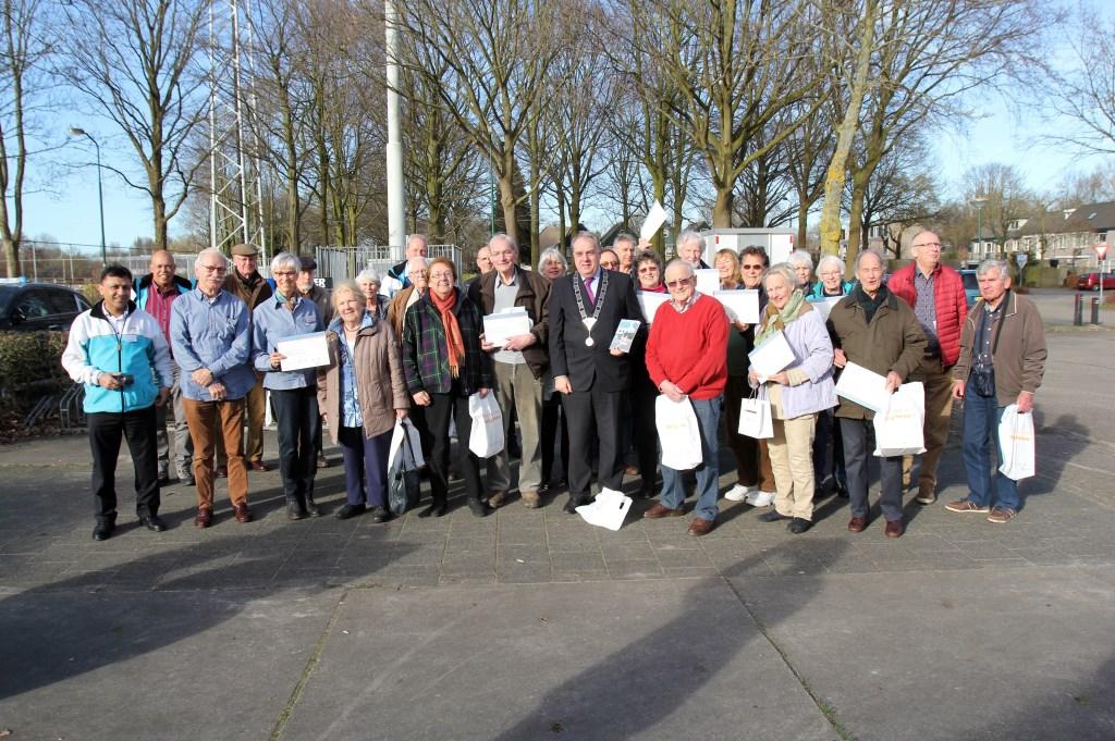 Burgemeester Verkerk reikte aan alle 45 deelnemers het bij de cursus behorende bewijs van deelname uit.  Foto: Reyn Schuurman © De Vierklank