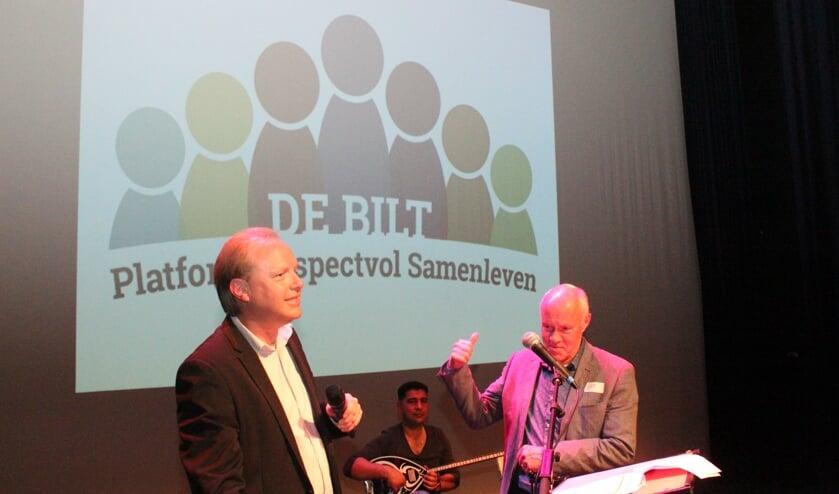 Samen met voorzitter Gert Landman (r) telt Edwin Plug af bij de onthulling van het nieuwe logo.
