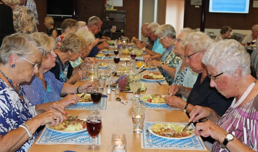 De maandelijkse Eet es mee avond bij WVT wordt goed bezocht.