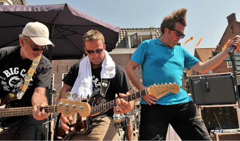 Rock 'n roll-bandje luistert Straatfeest op.