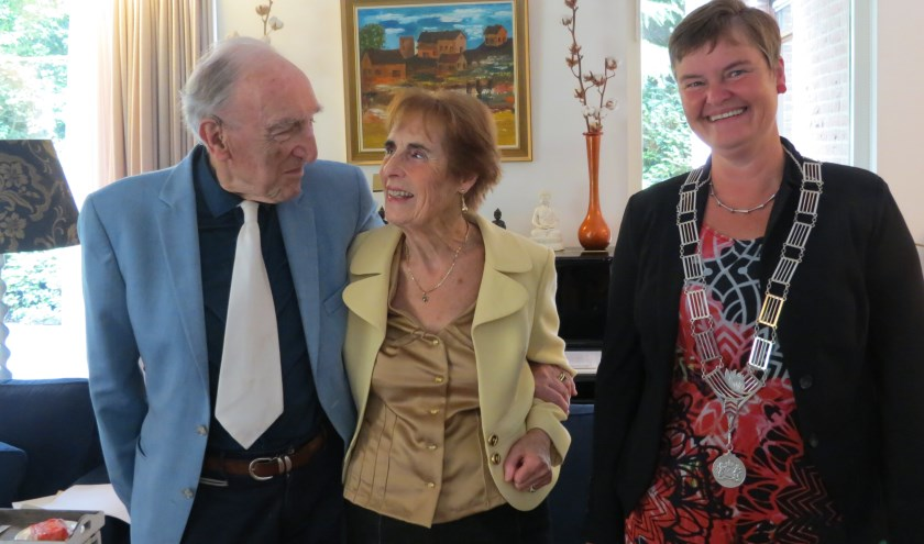 Het diamanten bruidspaar met locoburgemeester Anne Brommersma.