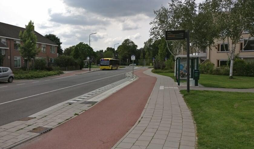 Lijn 77 komt uit de tunnel in de Leijenseweg (rechtsaf) de Massijslaan opgereden, om daar te stoppen bij de halte Walnootlaan.