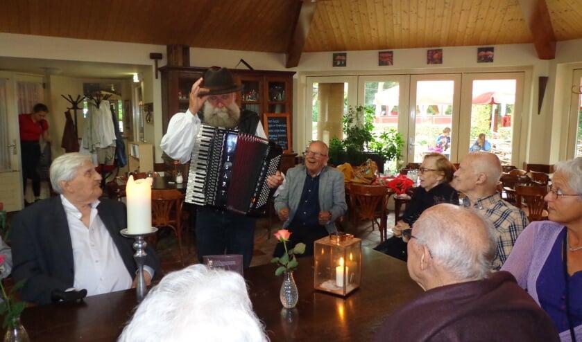 Dikke pret met de troubadour in De Paddenstoel.