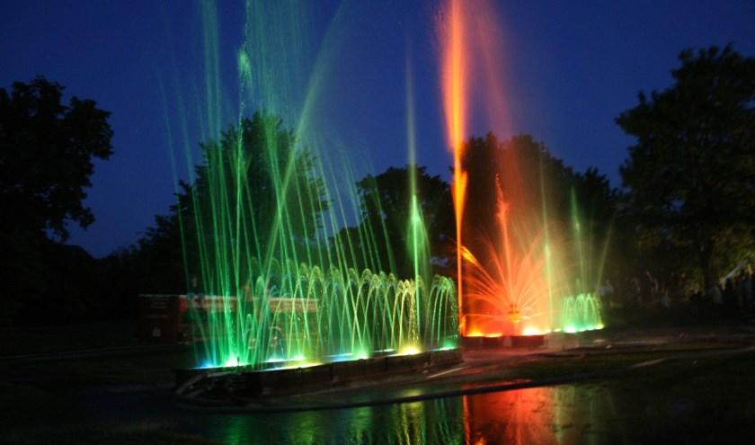 Ledlampen kleuren het water rood, blauw, groen en oranje.
