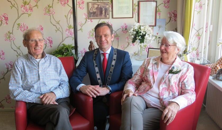 Het briljanten bruidspaar Richard en Betty Schutte met de burgemeester.