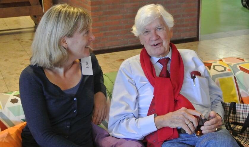 Sofie met vaste Repair Cafe bezoeker Harry Sesink Clee. (foto Frans Poot)