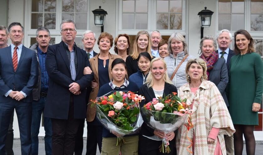 Zhen Bontan (l) en Romy Meekers worden in de bloemetjes gezet.